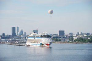 Read more about the article AIDAaura dockt in Hamburg bei Blohm+Voss ein