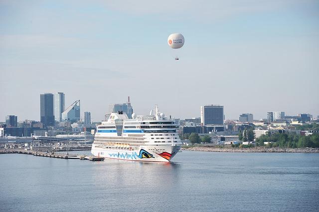 AIDAaura dockt in Hamburg bei Blohm+Voss ein