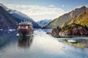 Read more about the article Hurtigruten heißt nach der Lockerung der Reisebeschränkungen wieder Reisende auf den Original Postschiffen willkommen