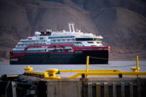 Read more about the article Eis-Taufe auf 78˚ nördlicher Breite – Hurtigruten Expeditions tauft Hybrid-Expeditionsschiff MS Fridtjof Nansen